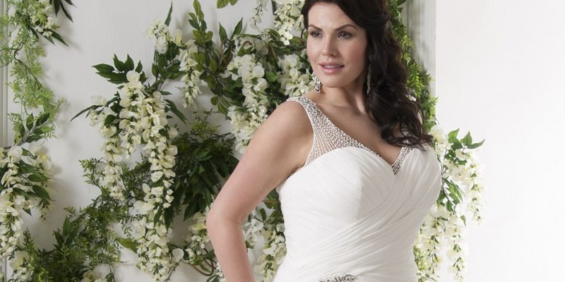 25 jaw-dropping dresses to flatter the apple shaped bride